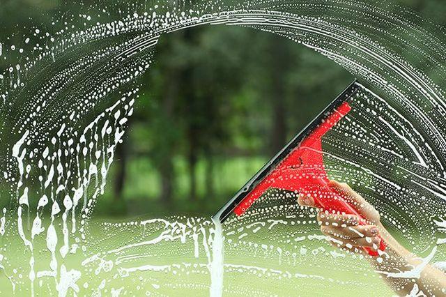 una mano che sta pulendo i vetri