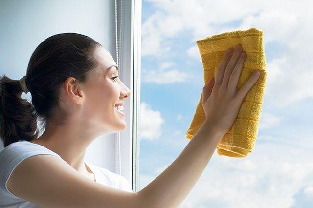 Una Donna che sta  pulendo i vetri