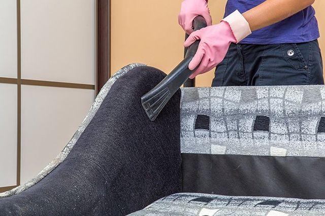 pulizia del sofá con l'aspirapolvere