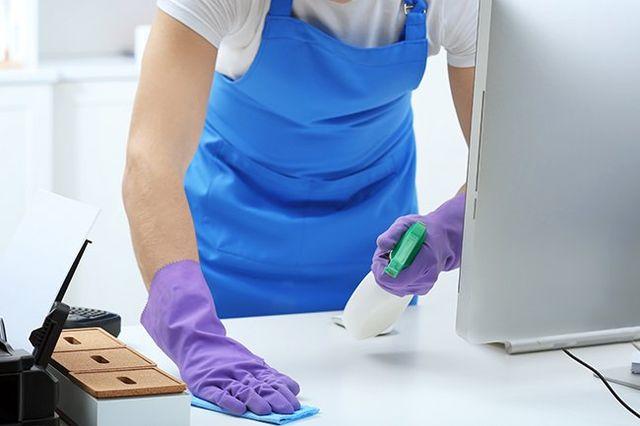 Impiegato che sta pulendo una scrivania