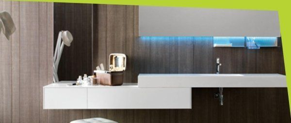 Interno bagno con moderna rubinetteria