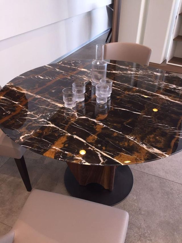 tavolo di marmo marrone