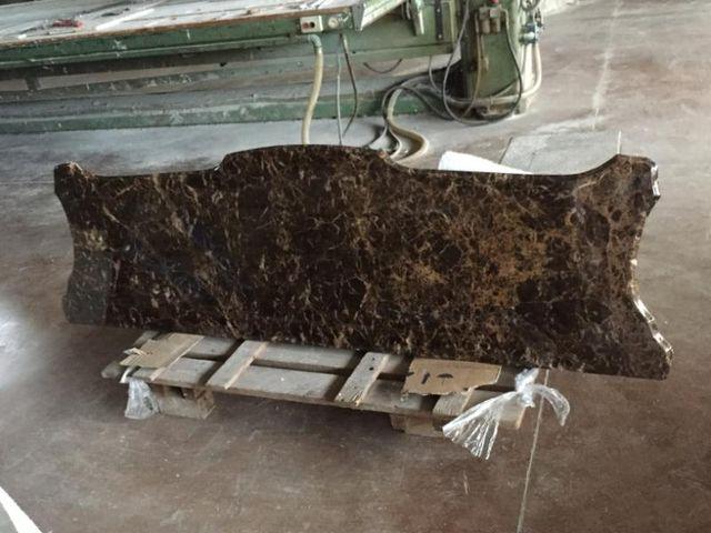 blocco di marmo marrone venato