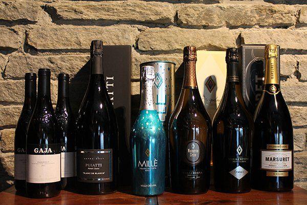 Una serie di bottiglie di vini, spumanti e champagne
