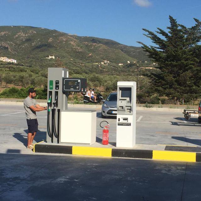 un ragazzo vicino a un distributore automatico d carburante