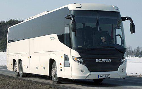 un pullman bianco con vetri oscurati della marca Scania