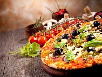 pizza fatta con olive nere