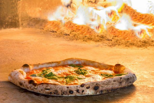 pizza che viene cotta in un forno a legna