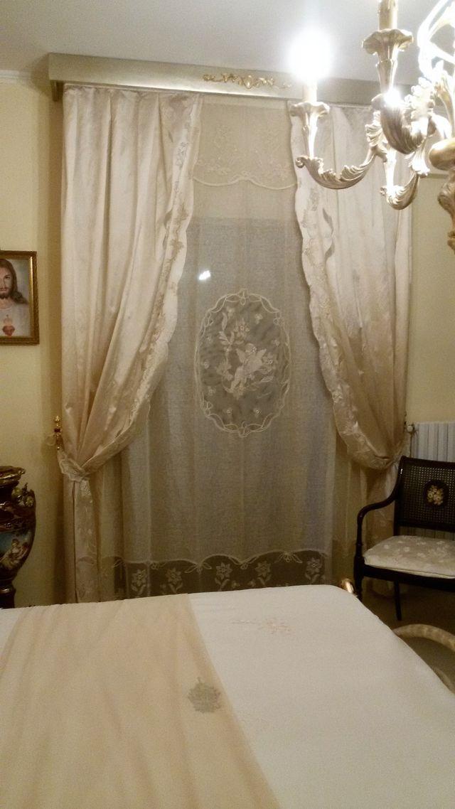 camera da letto con tenda chiara