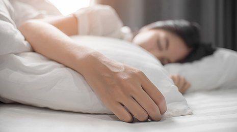 Donna mentre dorme su un letto a Galatone (LE)