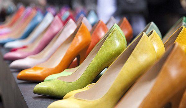 esposizione di scarpe con i tacchi di color giallo,verde,arancione e altri colori chiari