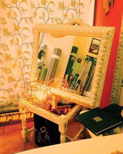 Specchio con cornice quadrata e dorata a Tricoli di Della Pietra Gesuela a Roma