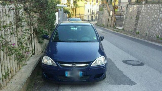 una Opel blu scura