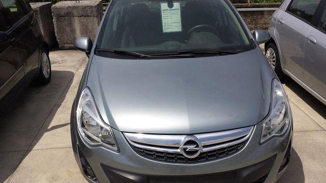 una Opel grigia