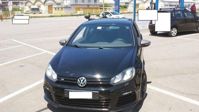 una Volkswagen Golf nera