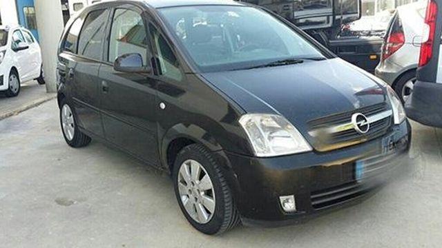 una Opel Meriva nera