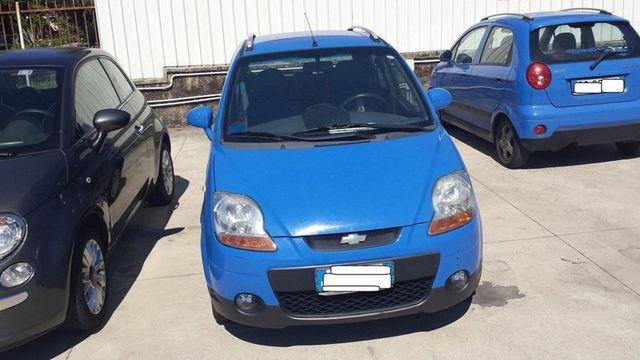 una Chevrolet Matiz blu