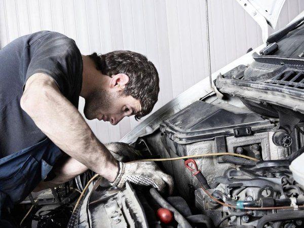 un meccanico che controlla una macchina