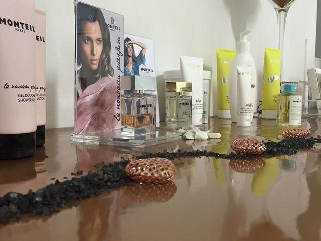 Prodotti cosmetici su un elegante tavolo decorato