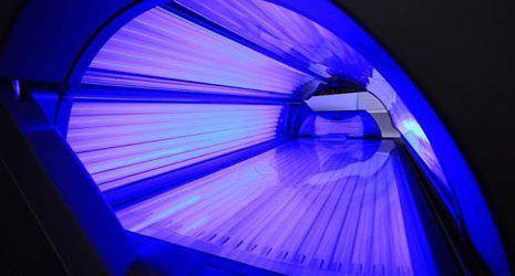 vista della luce blu all'interno di un lettino abbronzante