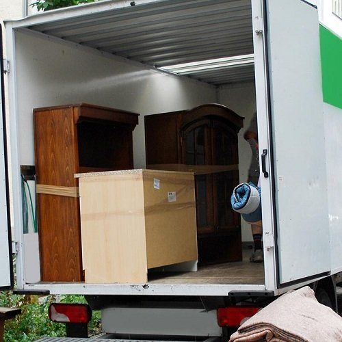 Mobili all'interno di un furgone