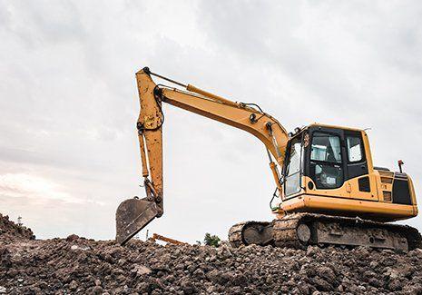 Escavatore in azione negli scavi