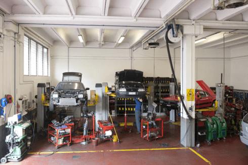 meccanico al lavoro su motore auto