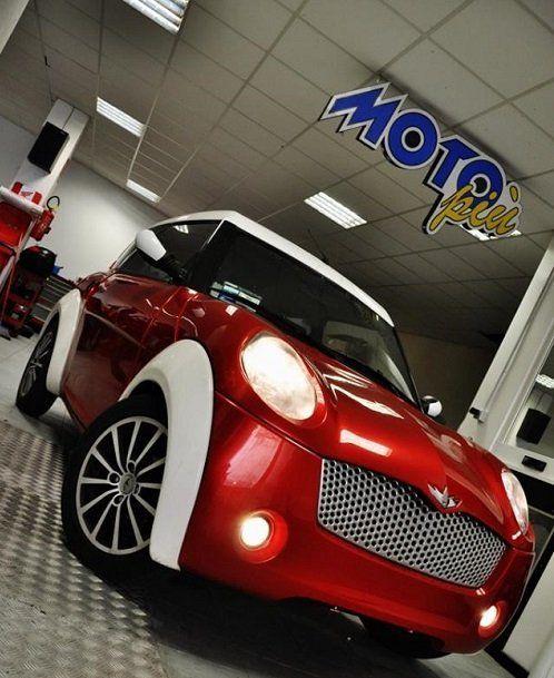 una macchina rossa con finiture bianche