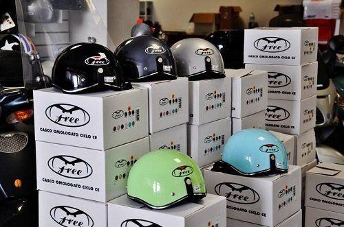 dei caschi da moto di diversi colori