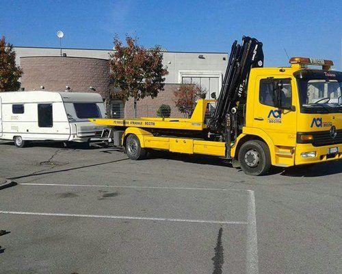 Il carro attrezzi trasporta un camper