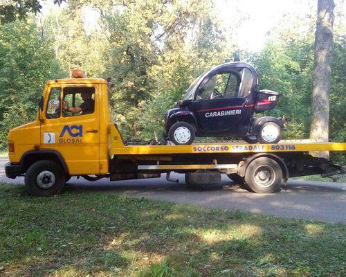 Il carro attrezzi trasporta una minicar dei Carabinieri
