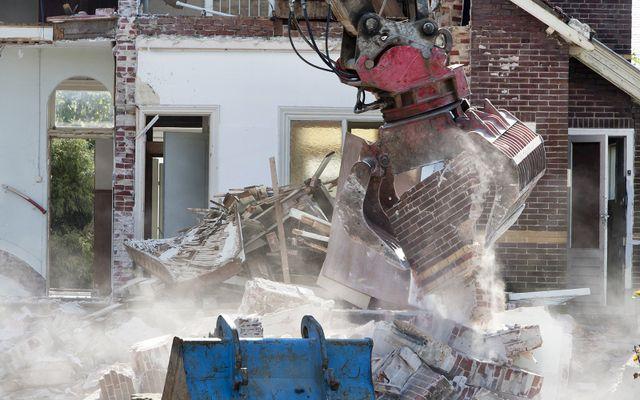 una gru demolisce un edificio