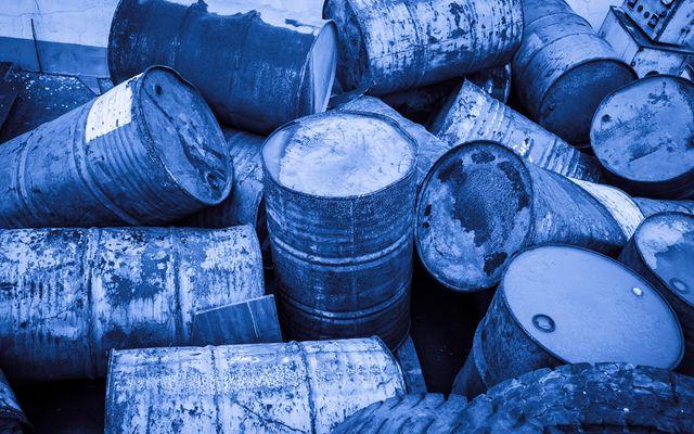 un insieme di barili di ferro arrugginiti