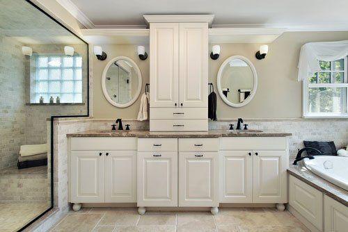 Arredo bagno bianco con piani in marmo