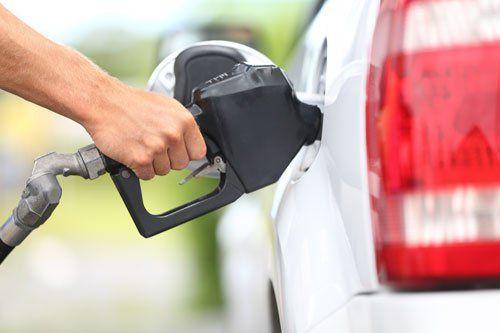 una mano che fa rifornimento di benzina