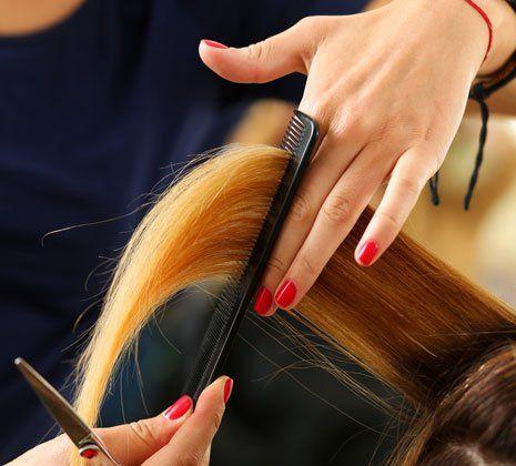 Ragazza si fa lisciare i capelli a Messina