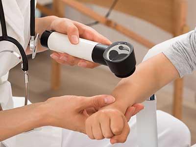 una dottoressa controlla un paziente