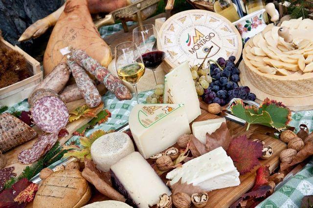 insieme di formaggi, salumi, bicchieri di vino e prodotti tipici