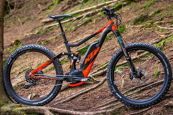 una mountain bike KTM nera e arancione
