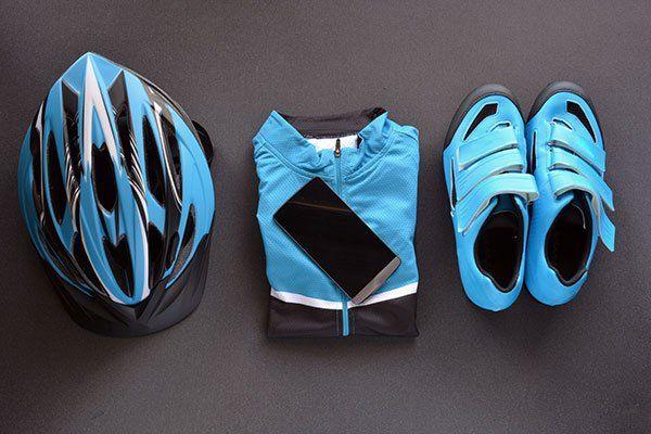 casco, tuta, e scarpe di color azzurro da ciclismo