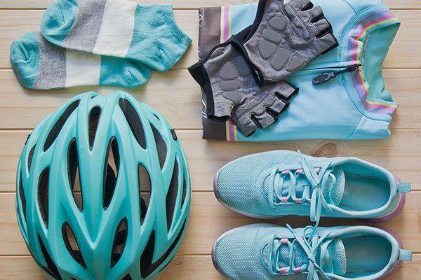 casco,tuta,guanti e altro equipaggiamento da ciclismo