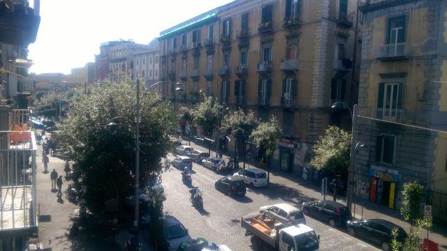 strada di Napoli trafficata