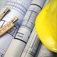 progetti e lavorazioni edili con righello e cappello giallo da ingegnere