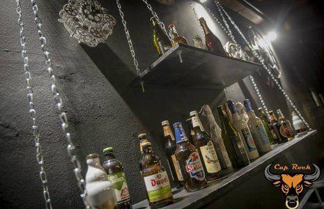 Le bottiglie della birra nel ristobar a Colonnella