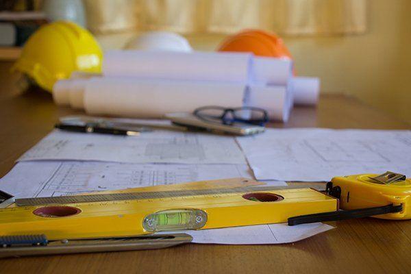 una livella e dei progetti su una scrivania