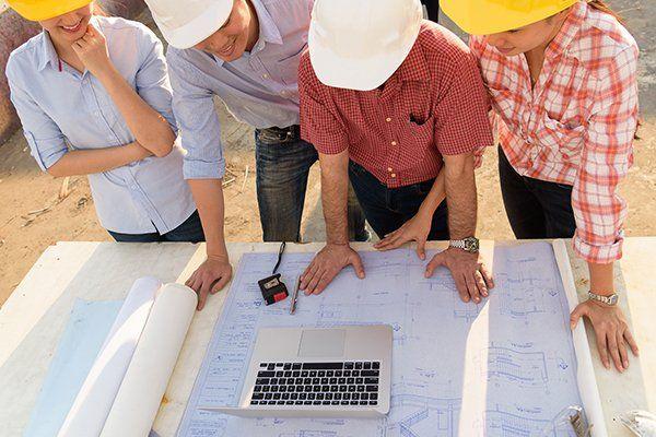 dei progetti, una matita, un compasso, un goniometro e una squadra