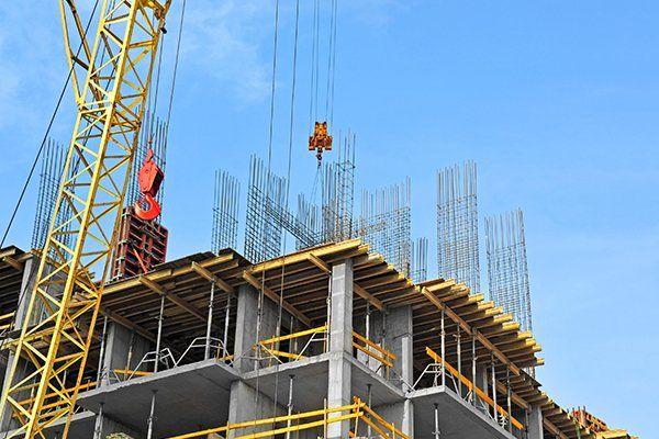 uno stabile in costruzione e una gru