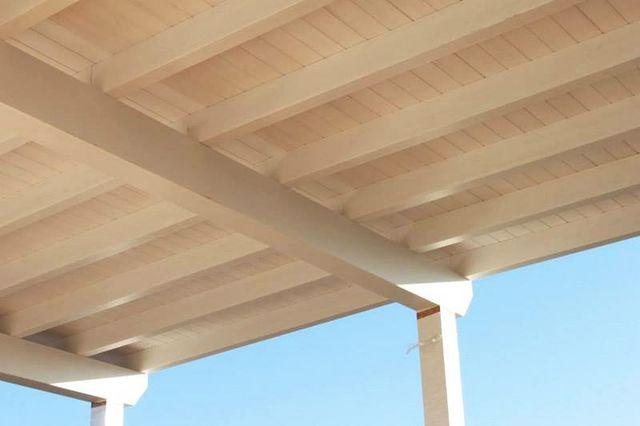una tettoia vista dal sotto in legno classico