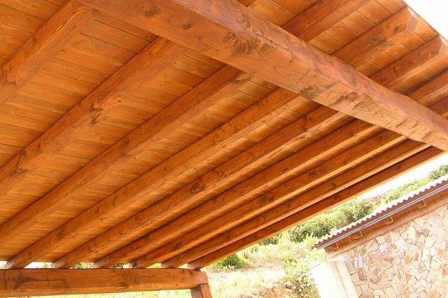 vista dal sotto di una tettoia in legno chiaro