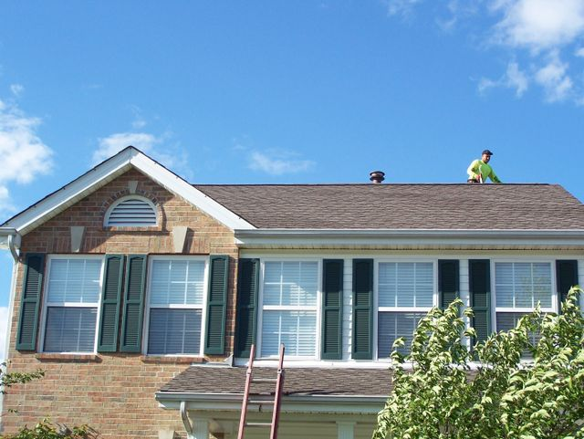 Roofing contractors working on a home in Columbus, OH